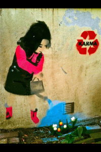 groene straatkunst van meisje dat bloem water geeft in amsterdam