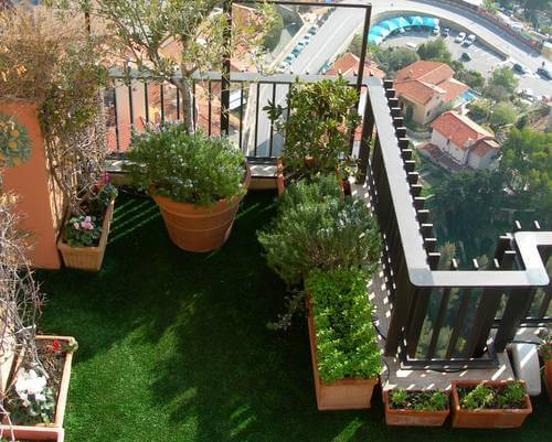 gras op balkon