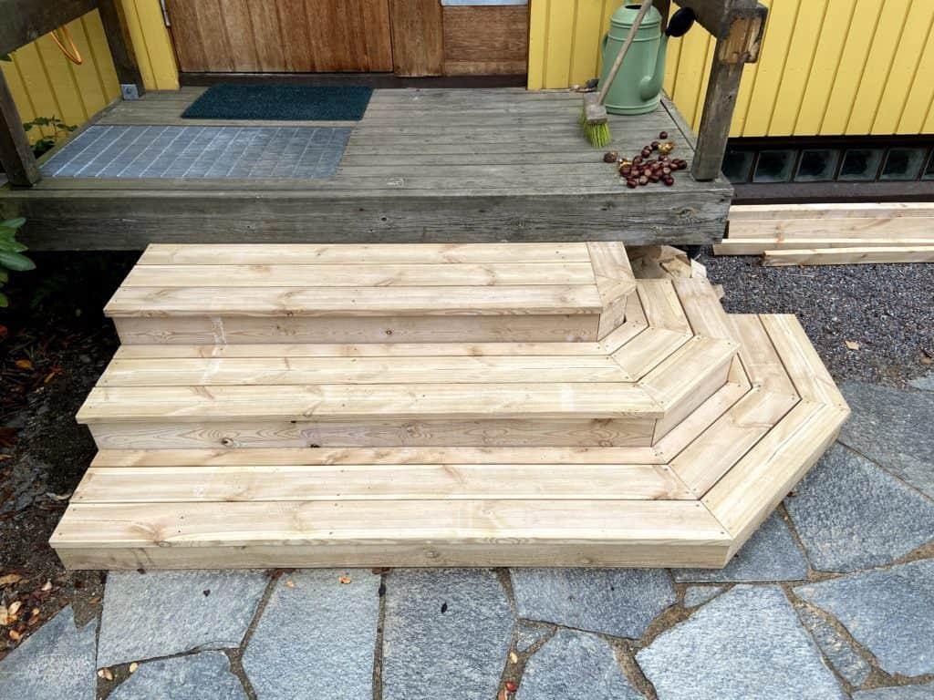 houten-tuintrap-voorbeeld-eindresultaat-schuine-hoeken-organowood
